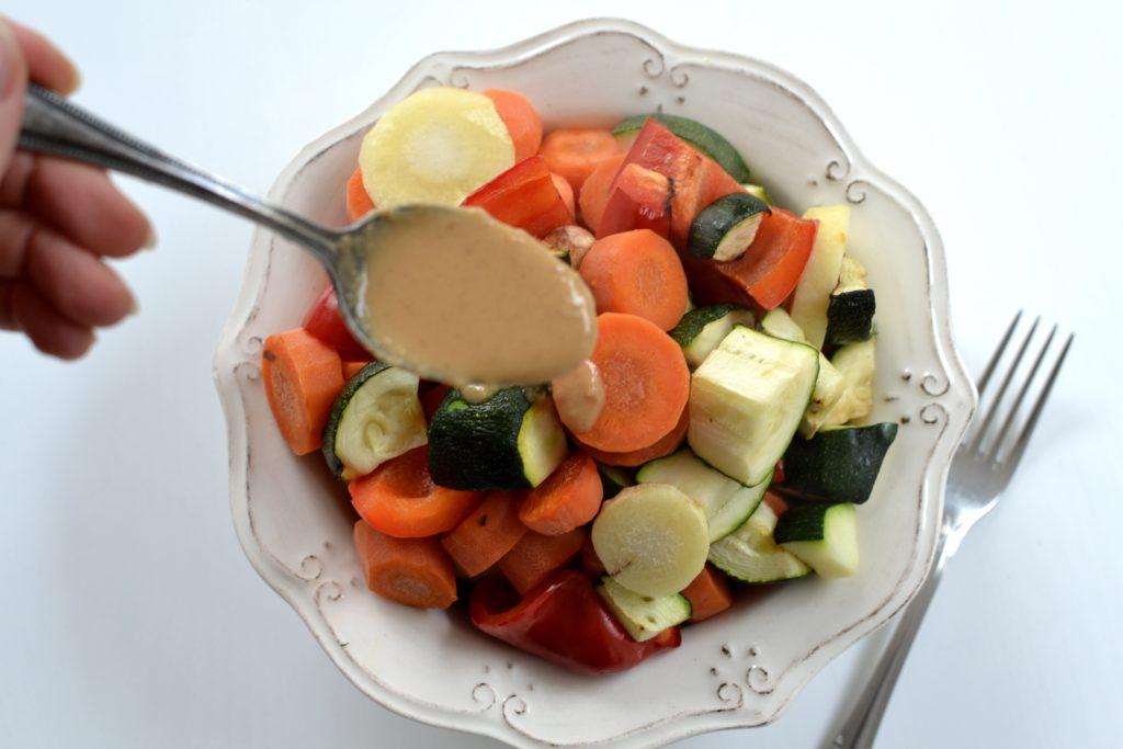 Warzywa z sosem fistaszkowym z frytkownicy beztłuszczowej