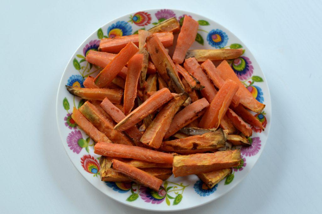 Frytki z batata i marchewki zrobione we frytkownicy beztłuszczowej