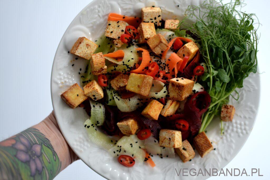 Sałatka ze smażonym tofu i czarnym sezamem