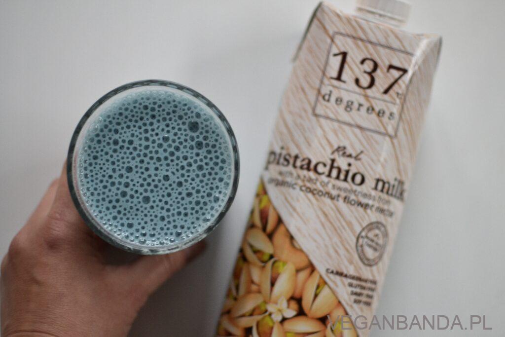Niebieski koktajl z mlekiem pistacjowym