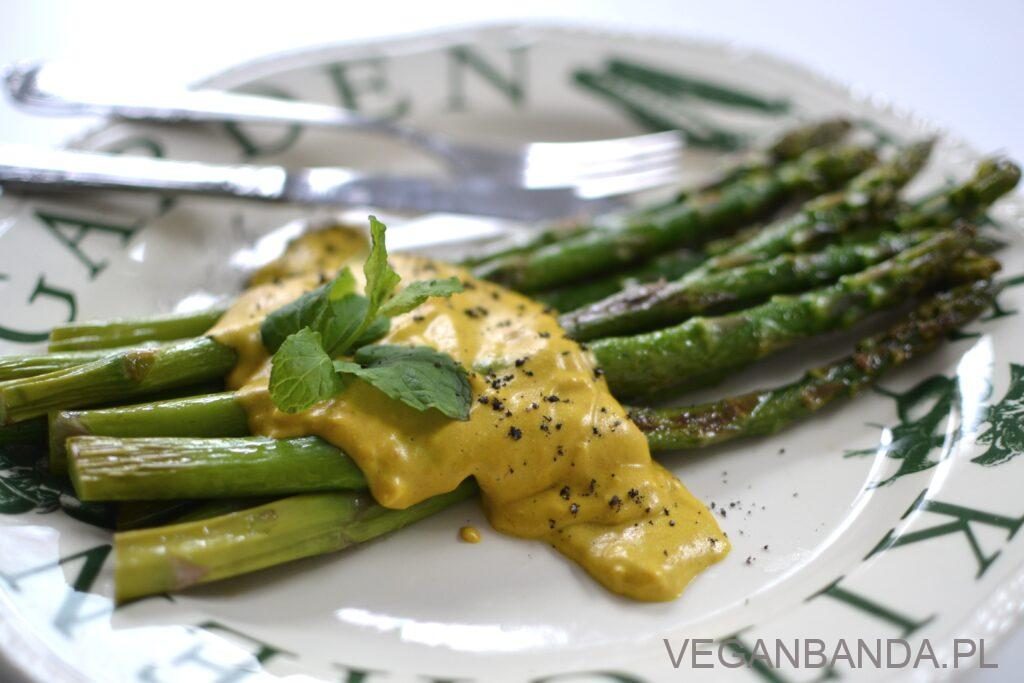 Szparagi z patelni ze złotym sosem
