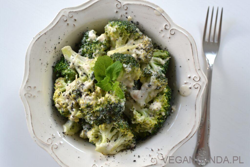 Brokuły w śmietanie z czosnkiem i serem
